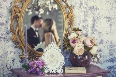 Miroir de vintage avec les jeunes mariés dans la réflexion Photographie stock