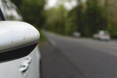 Miroir de vue de côté du ` s de voiture Images stock