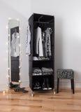 Miroir et garde-robe mobile avec le vêtement Photos stock