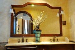 Miroir et ornements dans la salle de toilette Image stock