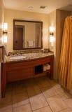 Miroir et évier de salle de bains de chambre d'hôtel Photographie stock