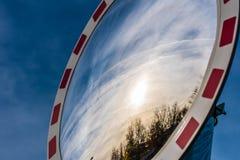 Miroir grand-angulaire du trafic sur les arbres et le soleil se reflétants de rue Photographie stock