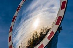 Miroir grand-angulaire du trafic sur les arbres et le soleil se reflétants de rue Photos stock