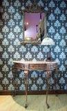 Miroir, lampe et table fleuris de vintage Photo libre de droits