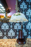 Miroir, lampe et table fleuris de vintage Images libres de droits
