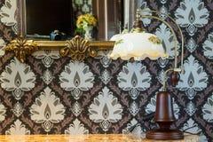 Miroir, lampe et table fleuris de vintage Image libre de droits
