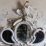 Miroir ornemental au-dessus de la cheminée d'une villa vénitienne Images libres de droits