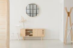 Miroir rond au-dessus de l'armoire en bois, vraie photo avec l'espace de copie images stock