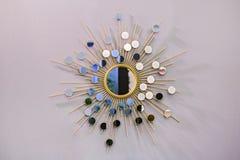 Miroir rond de mur décoratif sous forme de soleil, un miroir d'or de tonnelier, forme moderne dans le style scandinave image stock