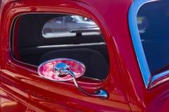 Miroir rouge de vue de côté de camion de vintage images libres de droits