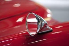Miroir sur un véhicule rouge Photo stock