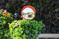 Miroirs de surveillance ou miroir du trafic à une jonction photos libres de droits