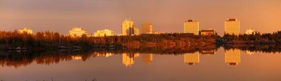 Miroirs légers de soirée Yellowknife du centre dans le lac frame, Territoires du nord-ouest, Canada Images libres de droits