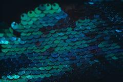 Miroitement conceptuel d'échelle de fond bleu de paillette photographie stock