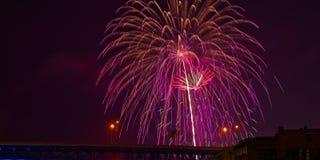 Miroiter des feux d'artifice au-dessus de Cleveland images libres de droits