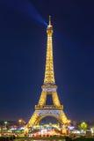 Miroiter Tour Eiffel la nuit à Paris, Frances Image stock