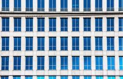 Mirrior de muchas ventanas de los alquileres que construyen el tiro al aire libre Foto de archivo libre de regalías