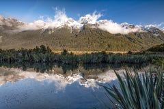 Mirror湖, Te安纳乌Milford声音高速公路在南方,新西兰 免版税库存照片