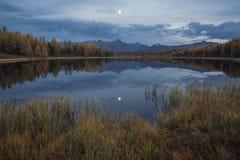 Mirror Oberflächensee Autumn Landscape With Mountain Range in frühem Eveing mit Sternen auf dem Himmel Lizenzfreie Stockfotos