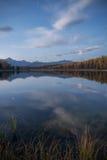 Mirror Oberflächensee-vertikale Orientierung Autumn Landscape With Mountain Range in frühem Eveing mit Sternen auf dem Himmel Stockbild