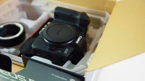 Mirrorlesscamera Canon EOS R in doos stock videobeelden
