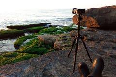 Mirrorlesscamera op een driepoot door het overzees stock foto