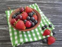 Mirtilli, antiossidante dell'asciugamano di freschezza della ciliegia delle fragole su una vecchia estate di legno nera immagine stock libera da diritti
