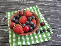 Mirtilli, antiossidante organico dell'asciugamano di freschezza della ciliegia rustica delle fragole su una vecchia estate di leg fotografie stock libere da diritti
