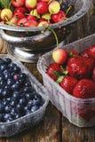 Mirtilli, ciliege e fragole Fotografie Stock Libere da Diritti