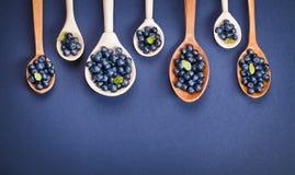 Mirtilli in cucchiai di legno Fotografia Stock
