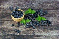 Mirtilli della frutta fresca sulla tavola di legno fotografie stock libere da diritti