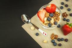 Mirtilli e farina d'avena Alimento sano per i bambini Yogurt e frutta per gli atleti Stia l'alimento a dieta Fotografie Stock