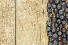 Mirtilli freschi sulla vecchia tavola di legno Marmellata d'arance di compito Frutta sana della foresta Nutrizione per gli atleti Immagini Stock Libere da Diritti