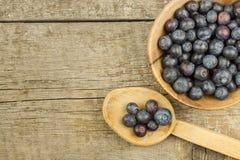 Mirtilli freschi sulla vecchia tavola di legno Marmellata d'arance di compito Frutta sana della foresta Nutrizione per gli atleti Fotografia Stock