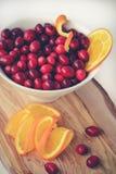 Mirtilli rossi e fette arancio succose fotografia stock libera da diritti