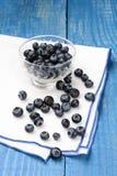 Mirtilli sul tovagliolo e sulla Tabella blu Fotografia Stock Libera da Diritti
