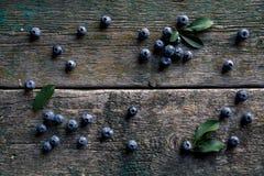 Mirtilli sulla vista superiore del fondo di legno d'annata, alimento sano sulla tavola scura Fotografie Stock