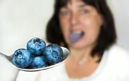 Mirtillo blu sul cucchiaio inossidabile fotografia stock