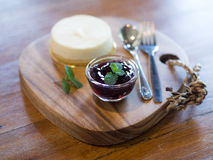 Mirtillo Cheesescake sul vassoio di legno fotografia stock