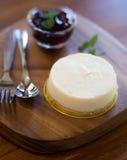 Mirtillo Cheesescake sul vassoio di legno fotografie stock libere da diritti