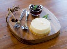 Mirtillo Cheesescake sul vassoio di legno fotografie stock
