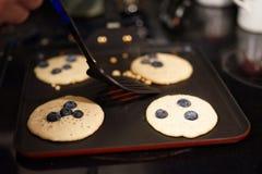 Mirtillo e pancake compitati del flowr - la nuova prima colazione fotografia stock libera da diritti