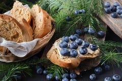 Mirtillo su fondo di legno Antiossidante del mirtillo Concetto per il cibo e la nutrizione sani immagine stock libera da diritti