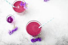 Mirtilo, amora-preta, madressilva, batido honeyberry com xarope violeta e acai Imagens de Stock