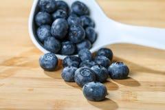 Mirtilo em um conceito da colher para comer e nutrição saudáveis Fotografia de Stock Royalty Free