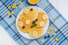 Mirtilo Honey Dessert Flat Lay da placa da panqueca fotografia de stock royalty free