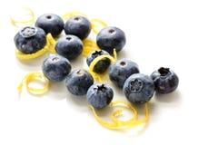 Mirtilos e entusiasmo de limão isolado no branco imagens de stock royalty free