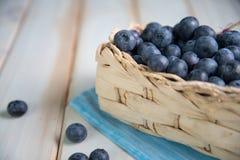 Mirtilos frescos na cesta na mesa de cozinha Foto de Stock