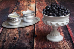 Mirtilos no prato do vidro de leite Imagem de Stock Royalty Free