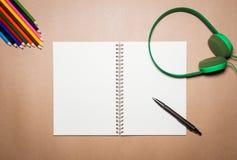 Miscela degli articoli per ufficio e degli aggeggi su una carta marrone Immagini Stock
